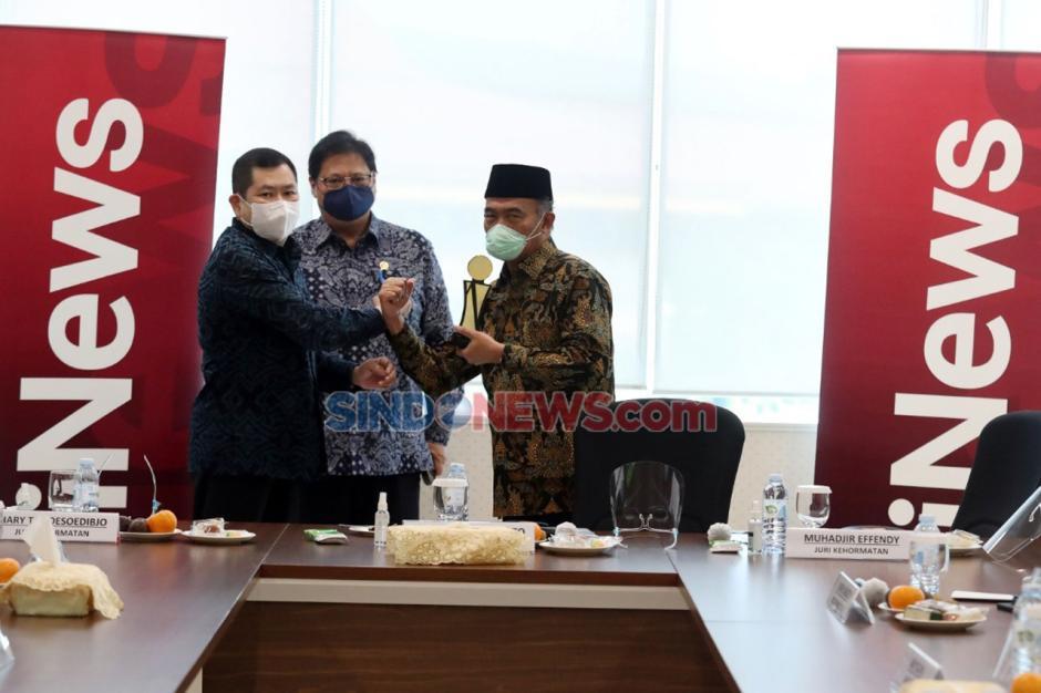Airlangga Hartarto Dapat Kejutan Kue Ulang Tahun di Penjurian Indonesia Awards 2020-6