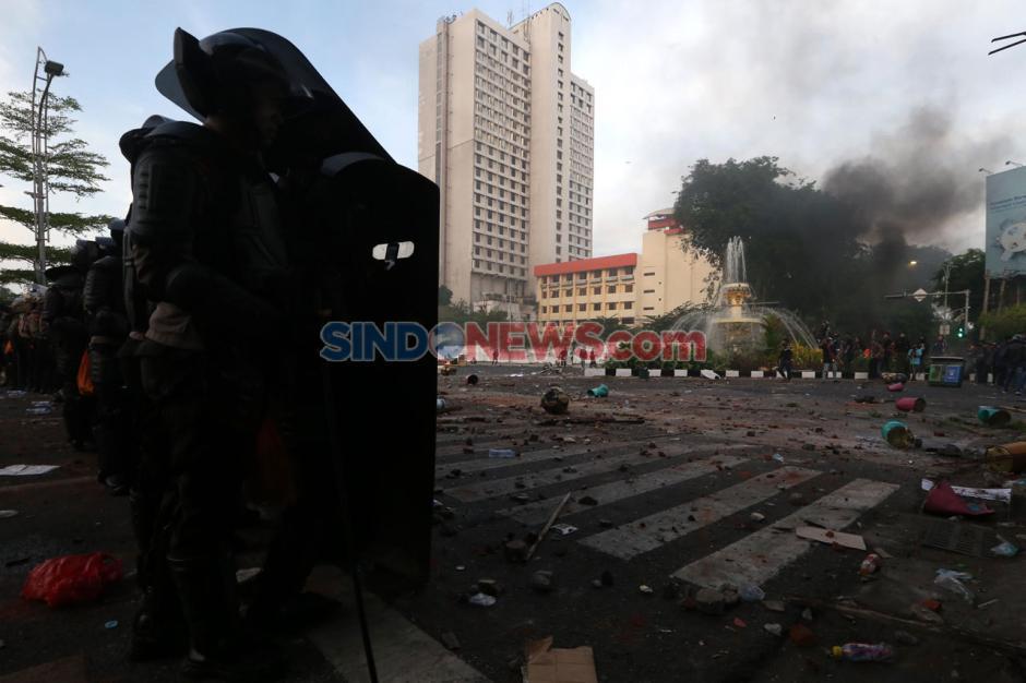 Unjuk Rasa Tolak UU Omnibus Law di Surabaya Berakhir Ricuh-10