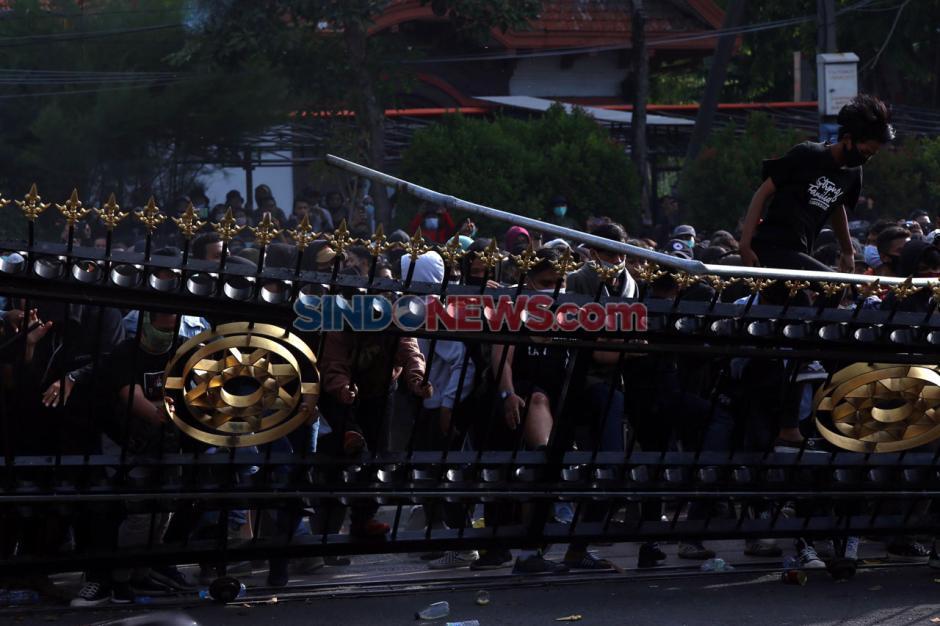 Unjuk Rasa Tolak UU Omnibus Law di Surabaya Berakhir Ricuh-5