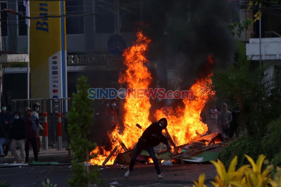 Unjuk Rasa Tolak UU Omnibus Law di Surabaya Berakhir Ricuh-1