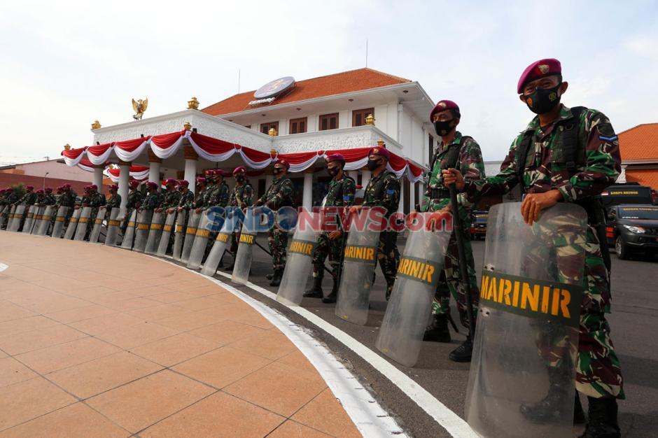 Tolak Omnibus Law, Ribuan Massa Geruduk Grahadi Surabaya-3