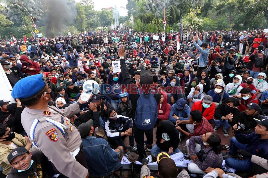 Tolak Omnibus Law, Ribuan Massa Geruduk Grahadi Surabaya-4