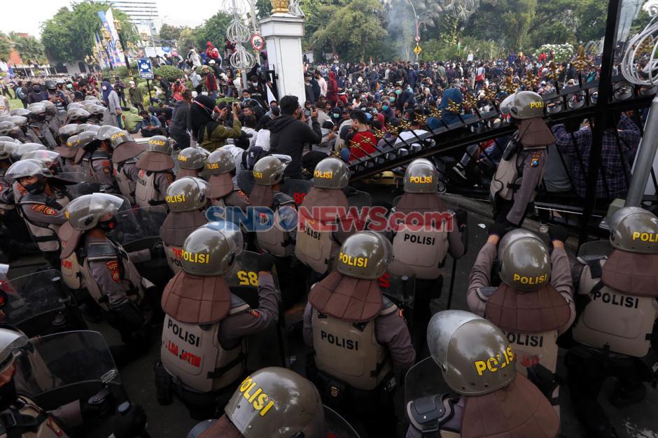 Tolak Omnibus Law, Ribuan Massa Geruduk Grahadi Surabaya-2