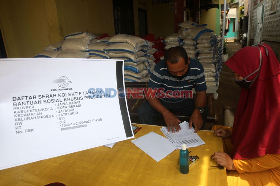 Warga Pedurenan Jatiasih Terima Bansos Khusus Presiden RI-4
