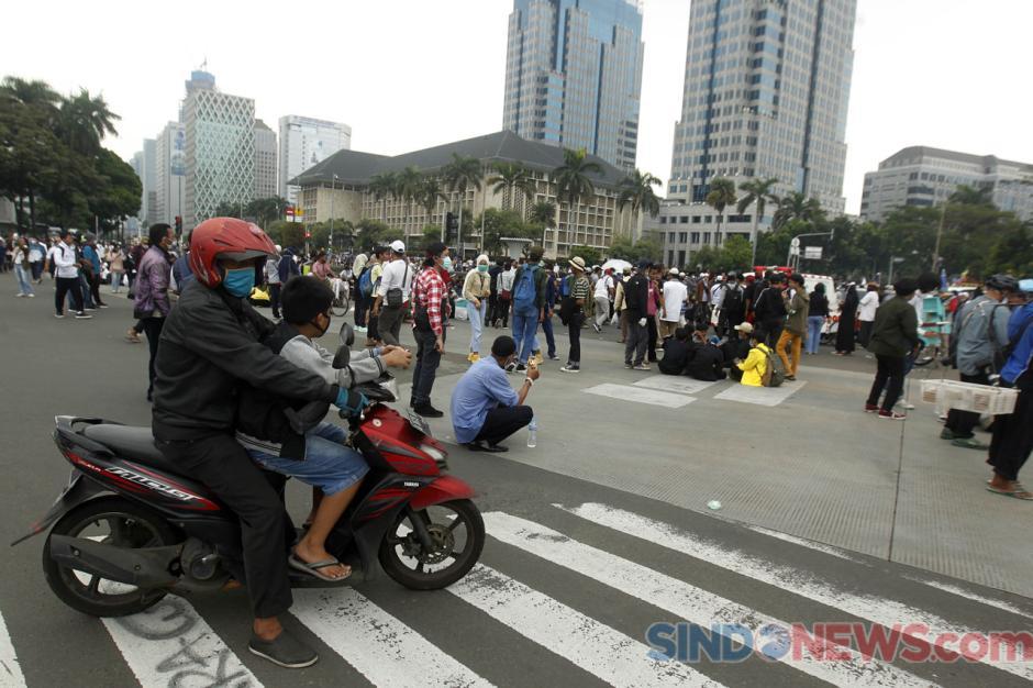 Massa Aksi 1310 Tolak Omnibus Law Padati Patung Kuda-5