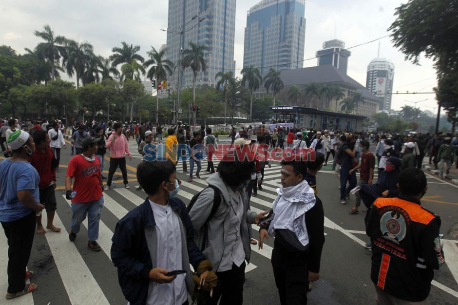 Polisi Bubarkan Paksa Massa Aksi Tanpa Atribut di Patung Kuda-0