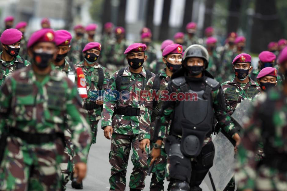 Polisi Bubarkan Paksa Massa Aksi Tanpa Atribut di Patung Kuda-5