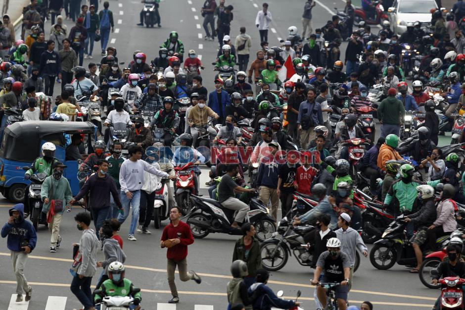 Polisi Bubarkan Paksa Massa Aksi Tanpa Atribut di Patung Kuda-6