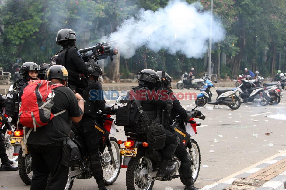 Peserta Demo Tolak UU Ciptaker Tak Mau Pulang, Polisi Tembakan Gas Air Mata-0