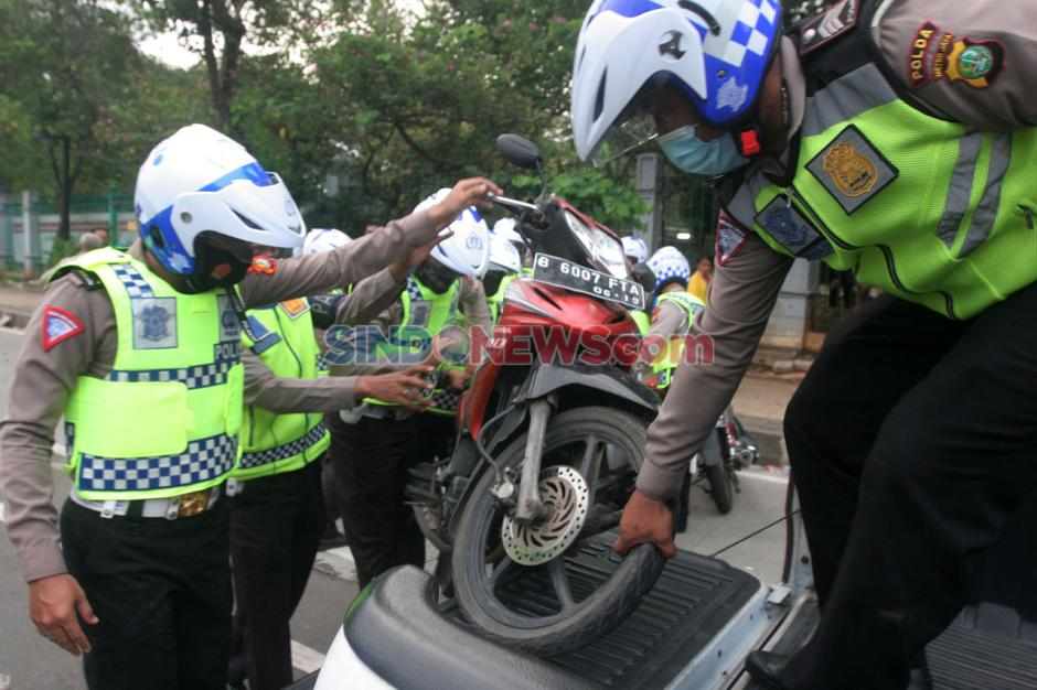 Polisi Amankan Kendaraan Pendemo Tolak Omnibus Law-1