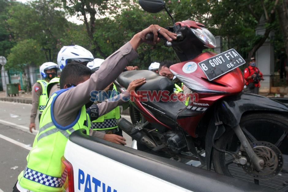 Polisi Amankan Kendaraan Pendemo Tolak Omnibus Law-0