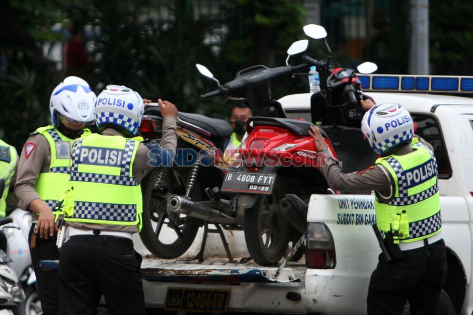 Polisi Amankan Kendaraan Pendemo Tolak Omnibus Law-2
