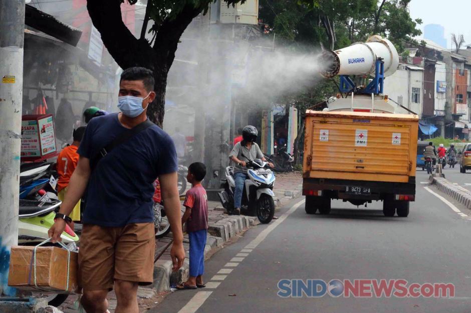 Cegah Penularan Covis-19, PMI Semprotkan Disinfektan di Kawasan Jalan Kramat Raya-3