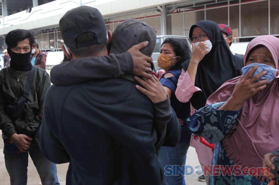 Isak Tangis Orang Tua Warnai Penjemputan Massa Aksi yang Diamankan Polisi-3