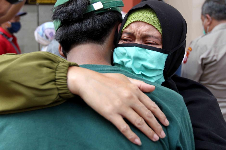 Isak Tangis Orang Tua Warnai Penjemputan Massa Aksi yang Diamankan Polisi-1