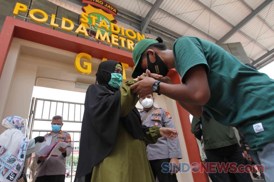 Isak Tangis Orang Tua Warnai Penjemputan Massa Aksi yang Diamankan Polisi-7