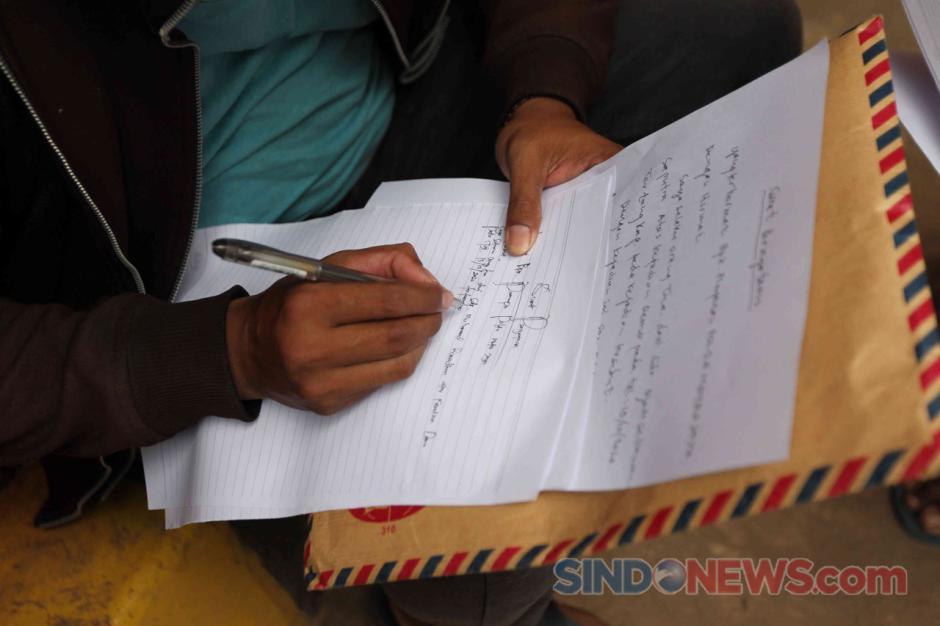 Isak Tangis Orang Tua Warnai Penjemputan Massa Aksi yang Diamankan Polisi-4