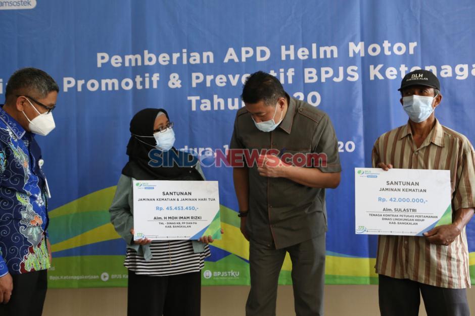 BPJamsostek Serahkan Helm Ber-SNI untuk Peserta Aktif di Madura-0