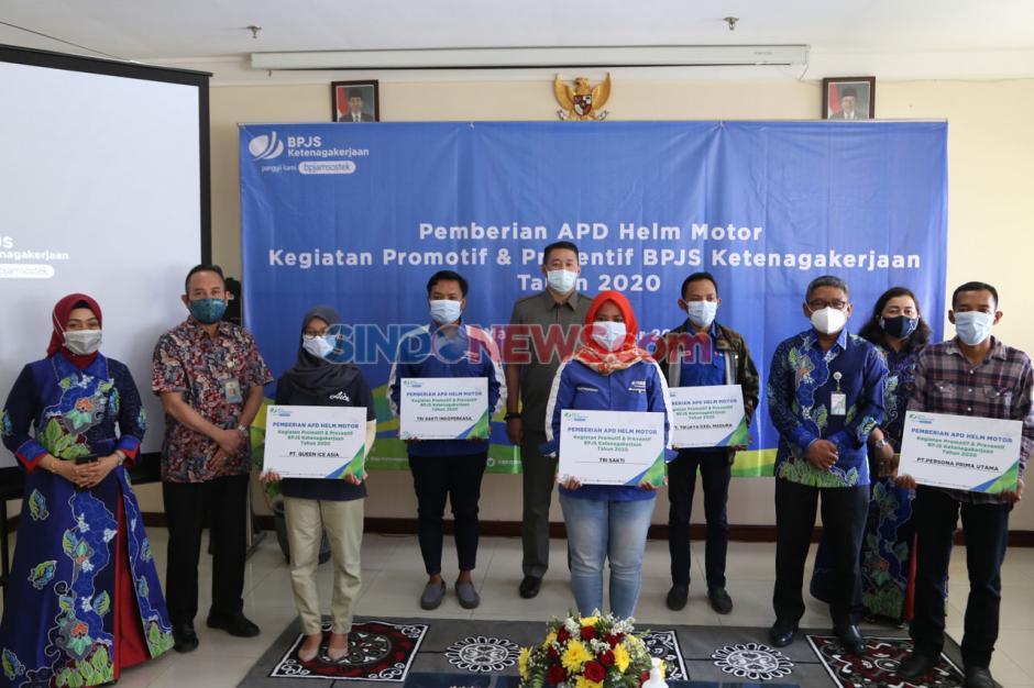 BPJamsostek Serahkan Helm Ber-SNI untuk Peserta Aktif di Madura-2