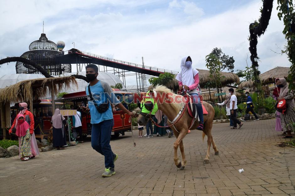 Menikmati Keseruan Perosotan Pelangi Dusun Semilir-4