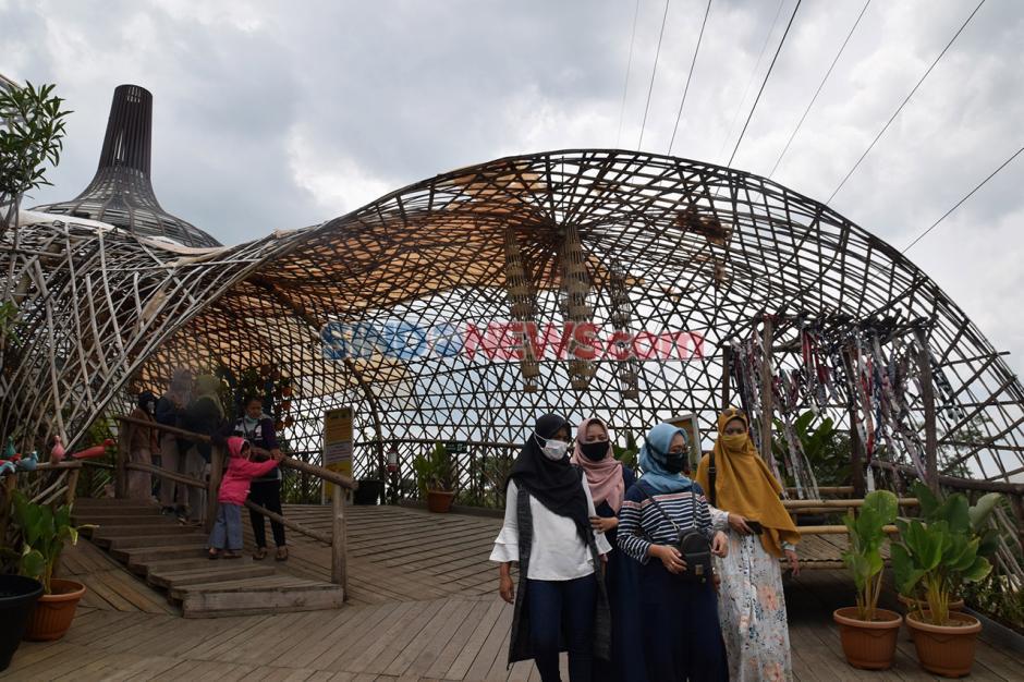 Menikmati Keseruan Perosotan Pelangi Dusun Semilir-5