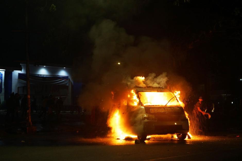 Demo Berakhir Ricuh, Mobil Ambulance Milik Partai Nasdem Makassar Dibakar-0