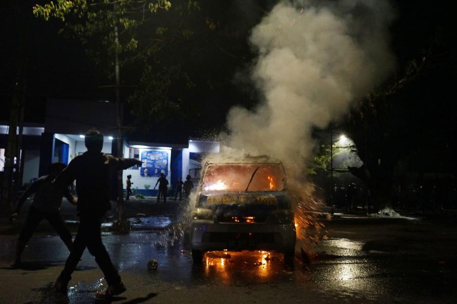 Demo Berakhir Ricuh, Mobil Ambulance Milik Partai Nasdem Makassar Dibakar-1