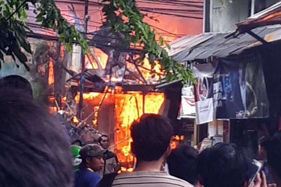 Rumah di Jalan Simprug Golf Jaksel Terbakar, 21 Mobil Pemadam Diturunkan-2