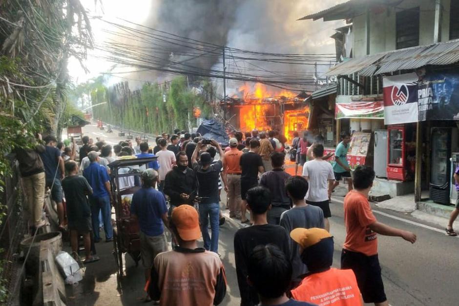Rumah di Jalan Simprug Golf Jaksel Terbakar, 21 Mobil Pemadam Diturunkan-1