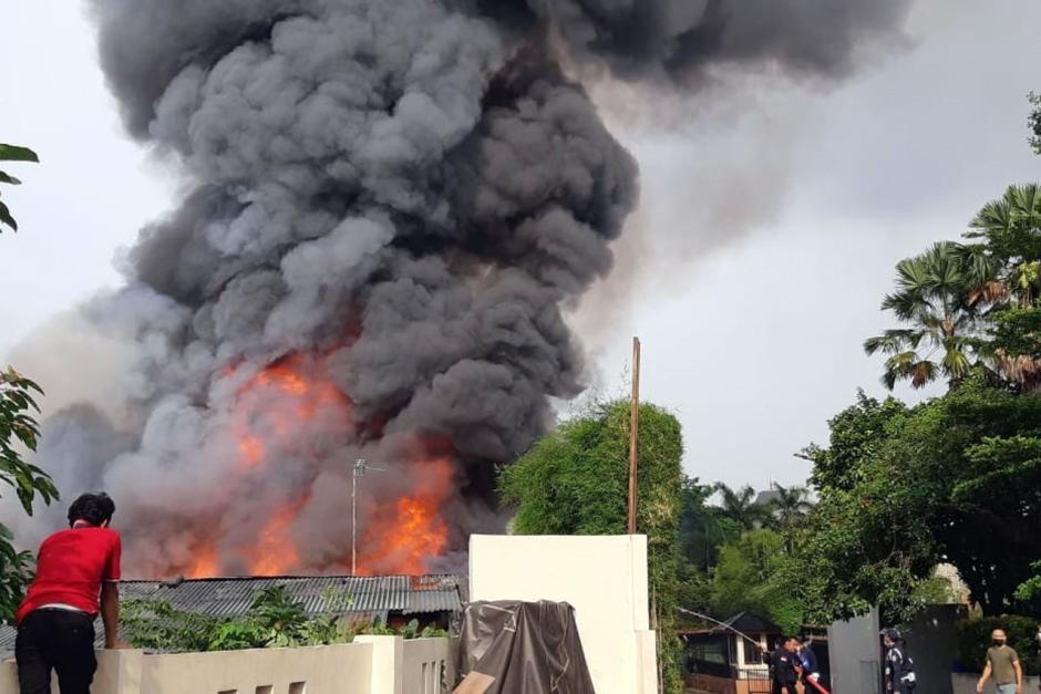 Rumah di Jalan Simprug Golf Jaksel Terbakar, 21 Mobil Pemadam Diturunkan-0