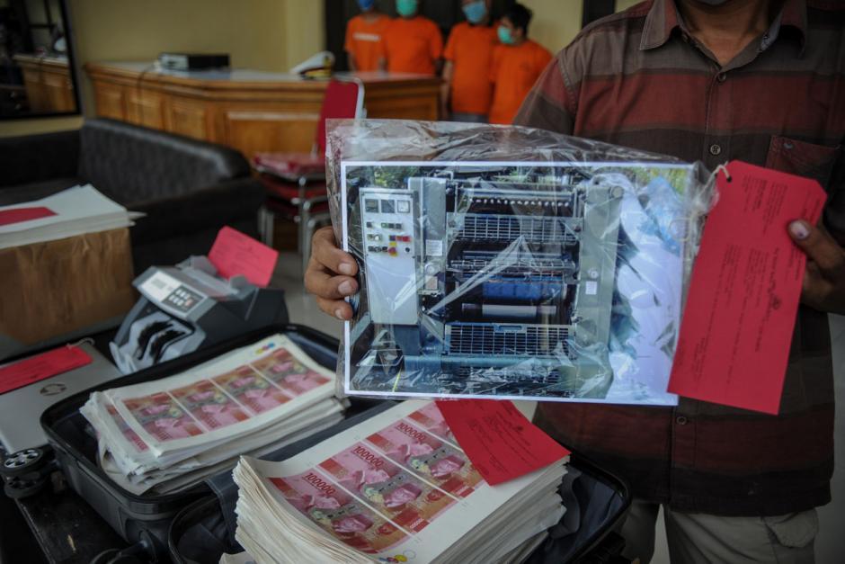 Polrestabes Bandung Tangkap 4 Tersangka Pembuat Uang Palsu-0