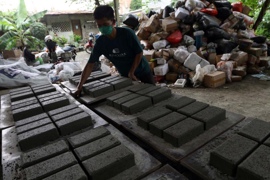 Melihat Produksi Paving Block Berbahan Sampah Plastik-3