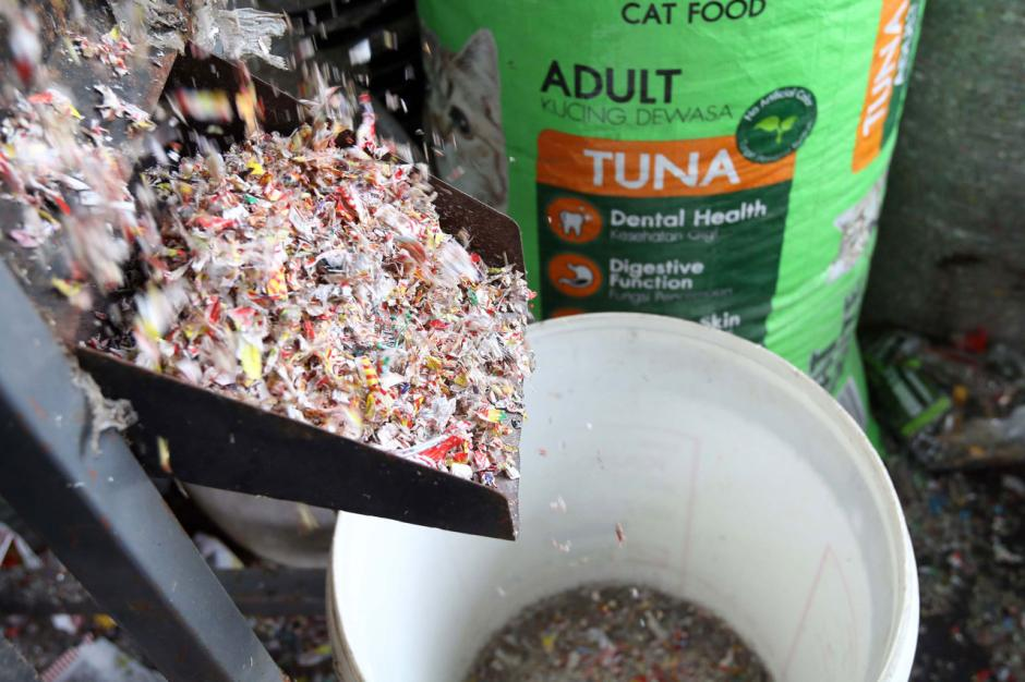 Melihat Produksi Paving Block Berbahan Sampah Plastik-5