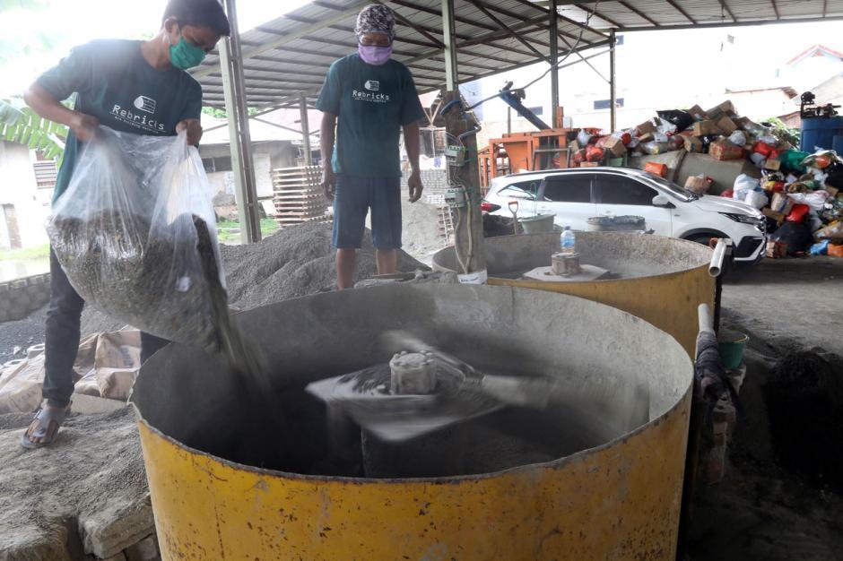 Melihat Produksi Paving Block Berbahan Sampah Plastik-1