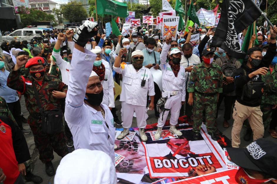 Presiden Prancis Emmnuel Macron Dapat Stempel Alas Kaki dari Umat Islam di Surabaya-6