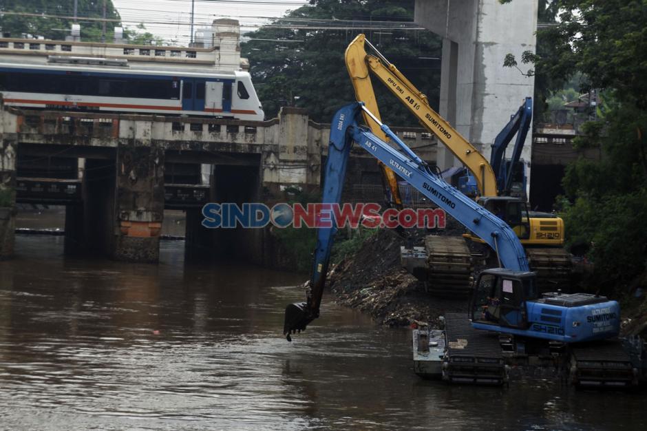 Antisipasi Banjir, Pemprov DKI Jakarta Gencarkan Pengerukan Sungai-3