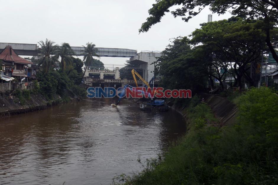 Antisipasi Banjir, Pemprov DKI Jakarta Gencarkan Pengerukan Sungai-2