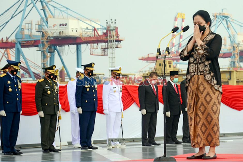 Puan Pimpin Tabur Bunga di Atas KRI di Teluk Jakarta-1