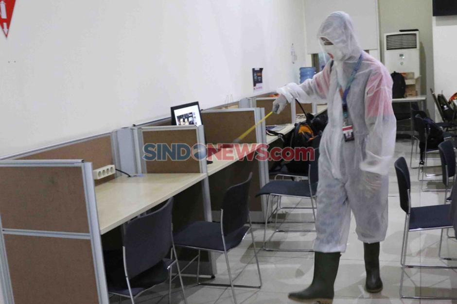 Cegah Covid-19, Press Room KPK Disemprot Disinfektan-0