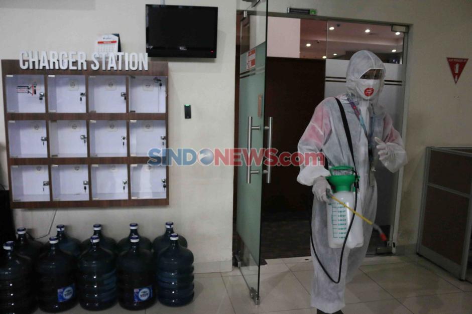Cegah Covid-19, Press Room KPK Disemprot Disinfektan-1