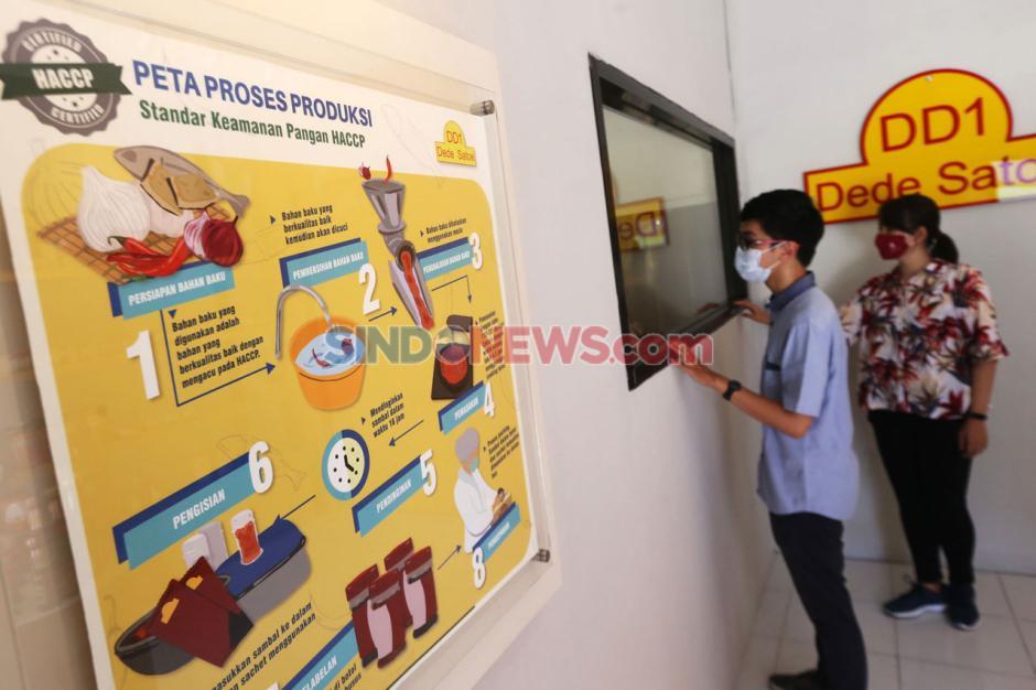 Melihat Proses Pengisian Sambal UKM Dede Satoe di Edustore Karya Hibah Pengabdian Universitas Surabaya-3