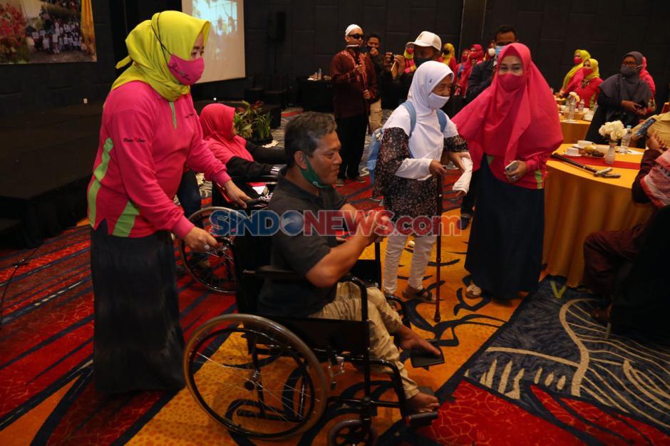 Peace And Love Bantu Kursi Roda dan Tongkat Kepada Penyandang Disabilitas-0