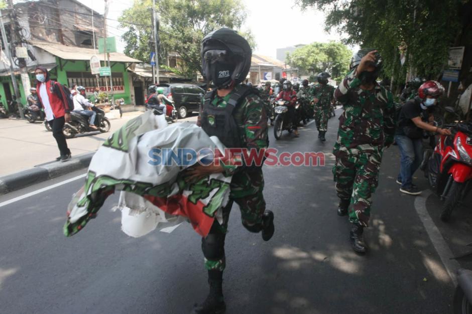 Perintah Pangdam Jaya, Anggota TNI Copot Baliho Habib Rizieq Shihab di Petamburan-5