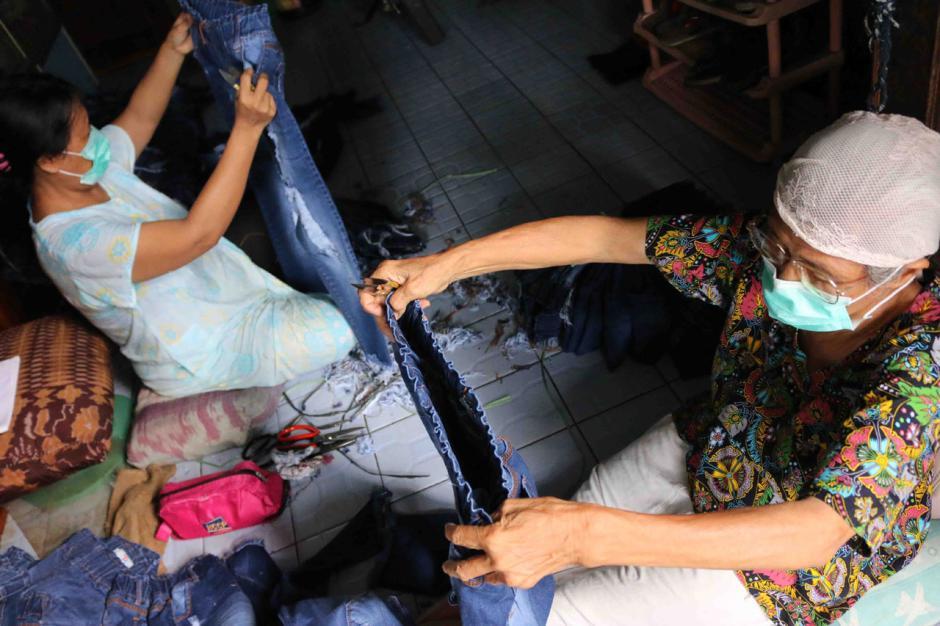 Bertahan Hidup di Tengah Pandemi, Warga Kemayoran Jadi Buruh Lepas Membuang Benang Celana Jeans-1