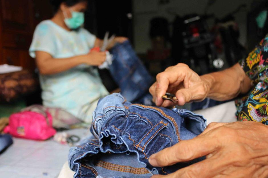 Bertahan Hidup di Tengah Pandemi, Warga Kemayoran Jadi Buruh Lepas Membuang Benang Celana Jeans-2