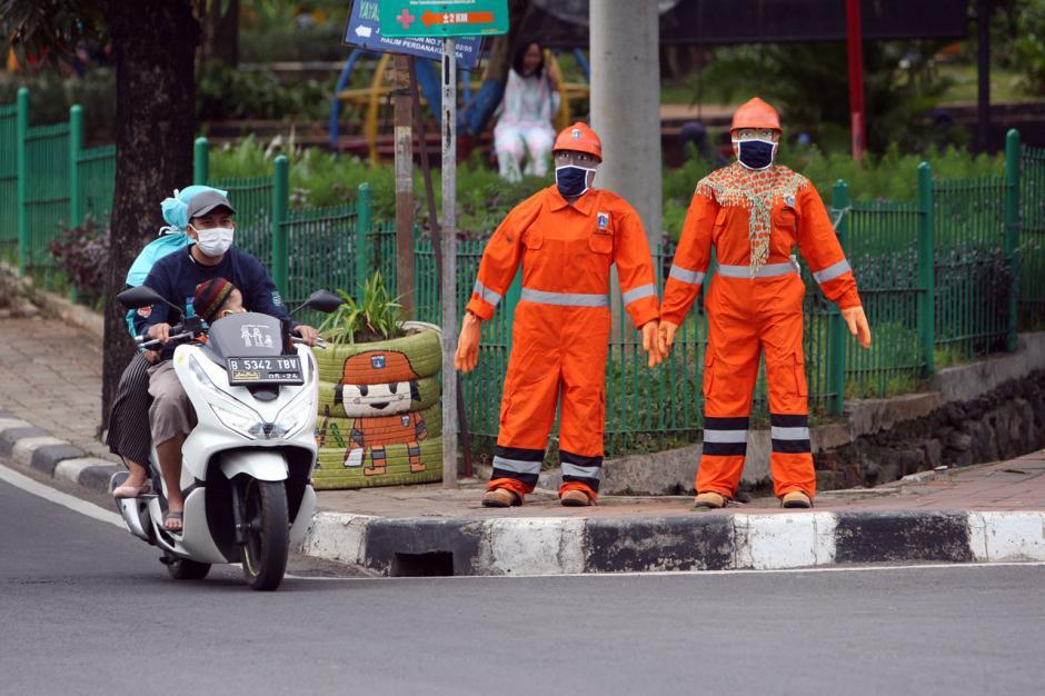Patung Manekin Bermasker di Halim Ingatkan Warga Pentingnya Protokol Kesehatan-2