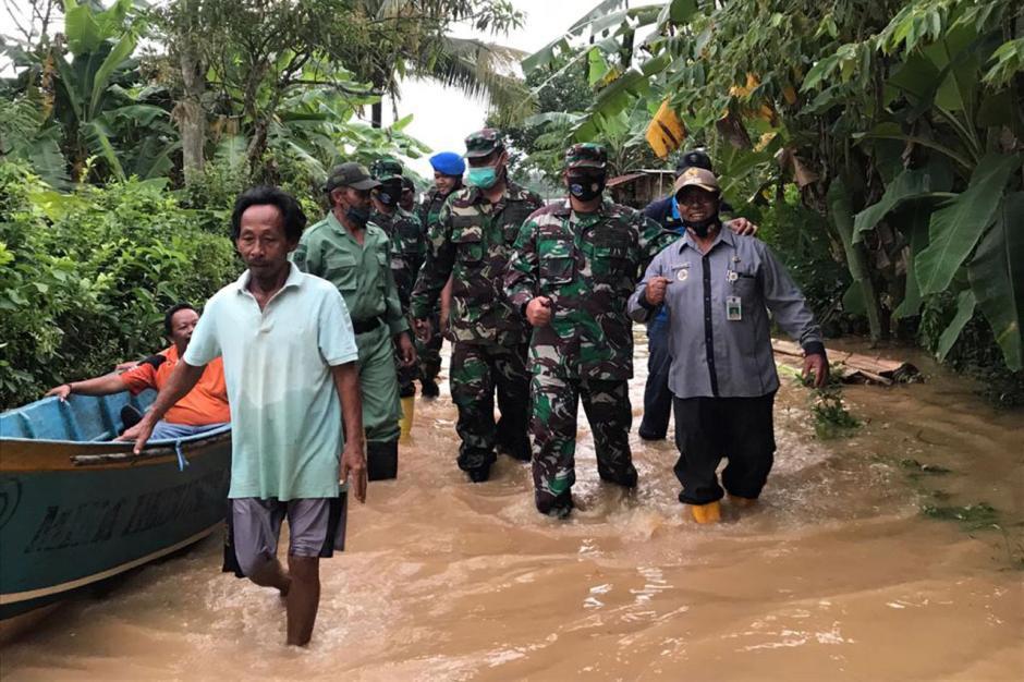 Lanal Cilacap Berikan Bantuan kepada Korban Banjir di Gandrungmangu dan Sidareja-1