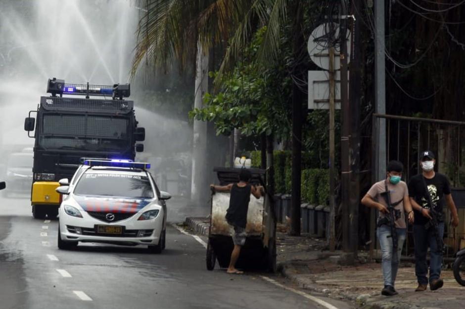 Dikawal Polisi Bersenjata, Mobil Water Canon Semprotkan Disinfektan di Petamburan-1