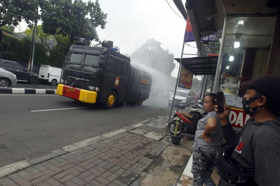 Dikawal Polisi Bersenjata, Mobil Water Canon Semprotkan Disinfektan di Petamburan-4