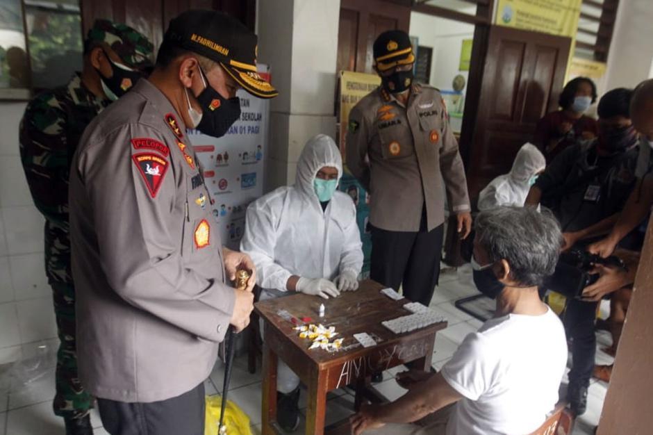 Kapolda Metro Jaya Tinjau Pelaksanaan Rapid Test di Petamburan-0